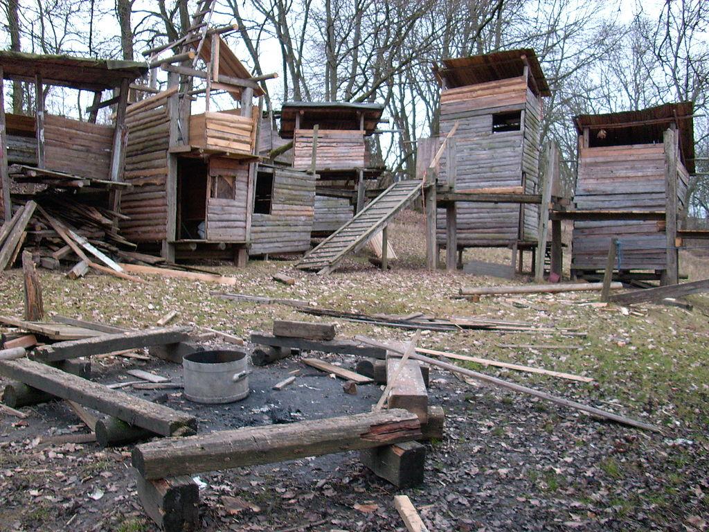 Abenteuerspielplatz mit Hüttenbauplatz und                     Feuerstelle