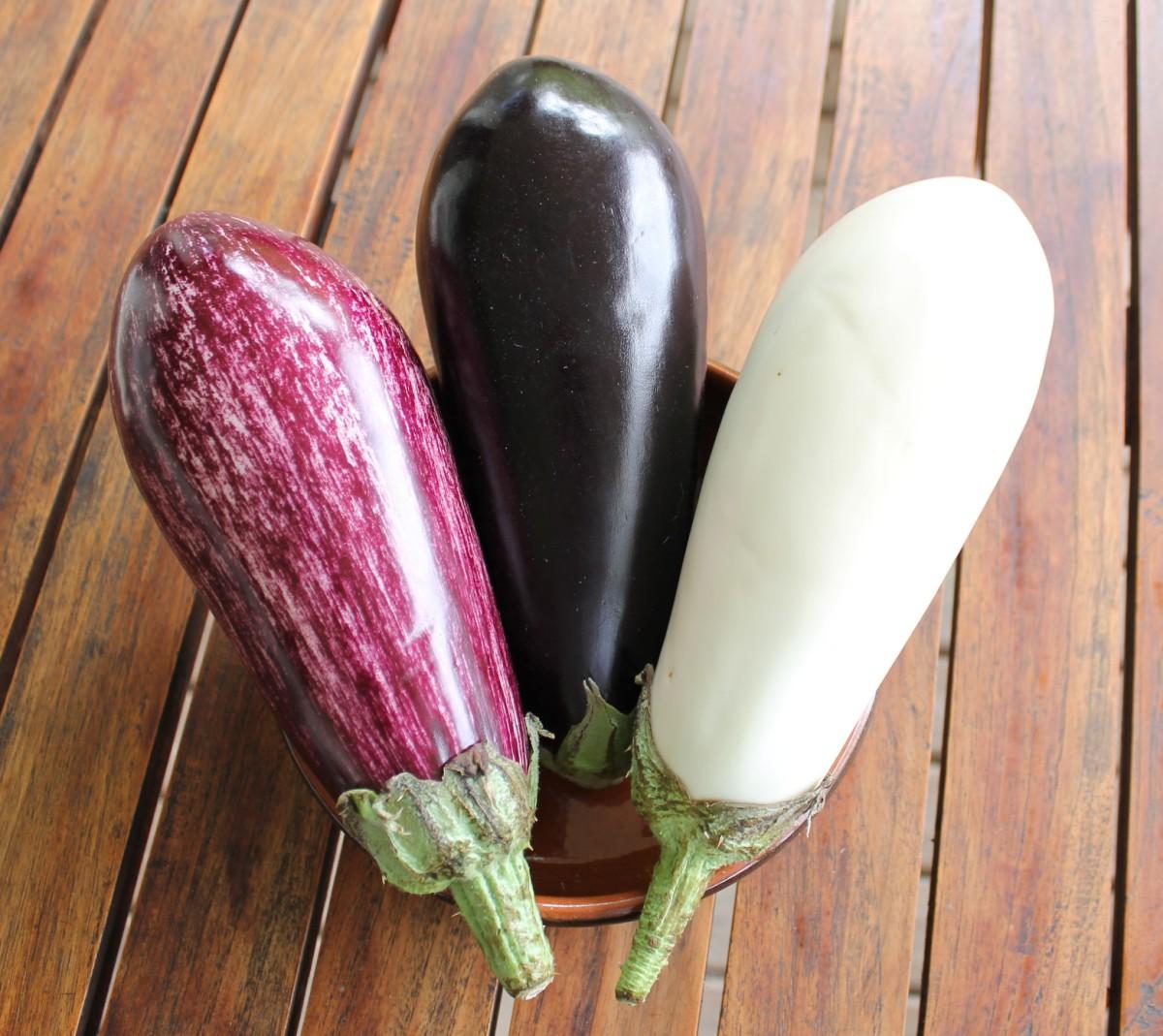 Auberginen in verschiedenen Farbvarianten
