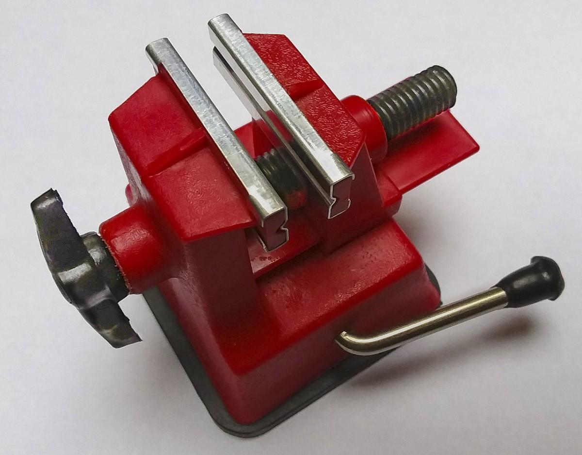 Zwischen den Backen des Schraubstocks können Werkstücke                     eingespannt werden