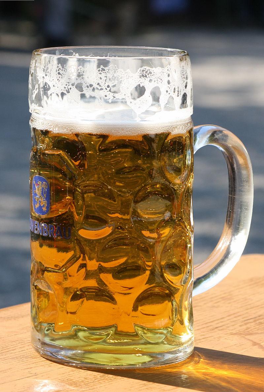 Maßkrug, eine Form des gläsernen Bierhumpens mit standardisiertem Fassungsvermögen