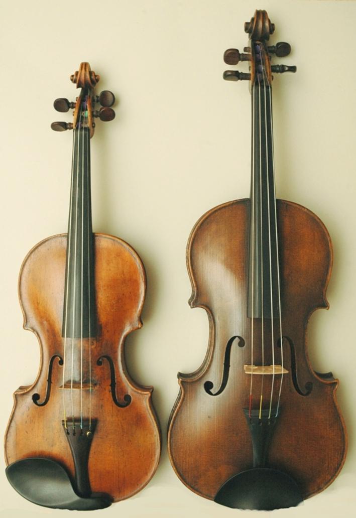 Bratsche (rechts) im Größenvergleich zur Geige (links)