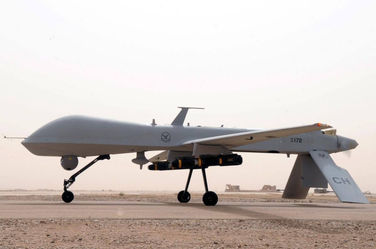Militärische Drohne auf dem Flugfeld