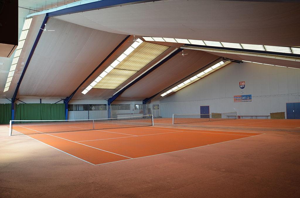 Hallenplätze in einer Tennishalle
