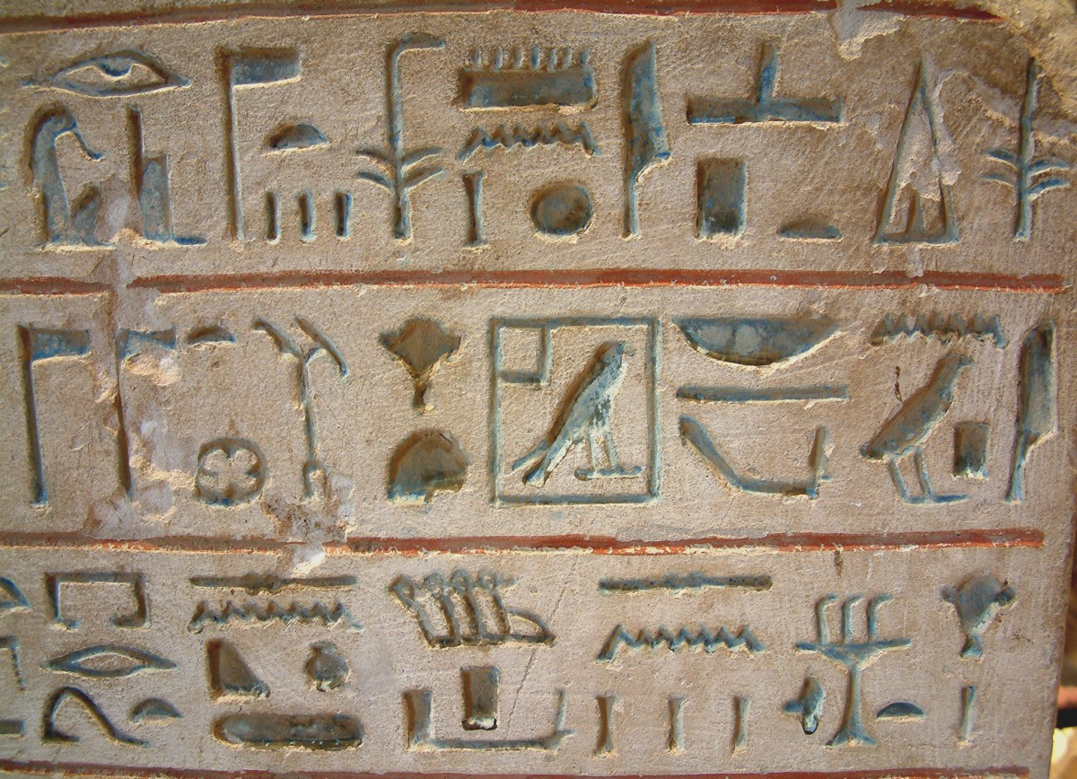 Detail einer Stele mit ägyptischen Hieroglyphen im Louvre                     (Paris)