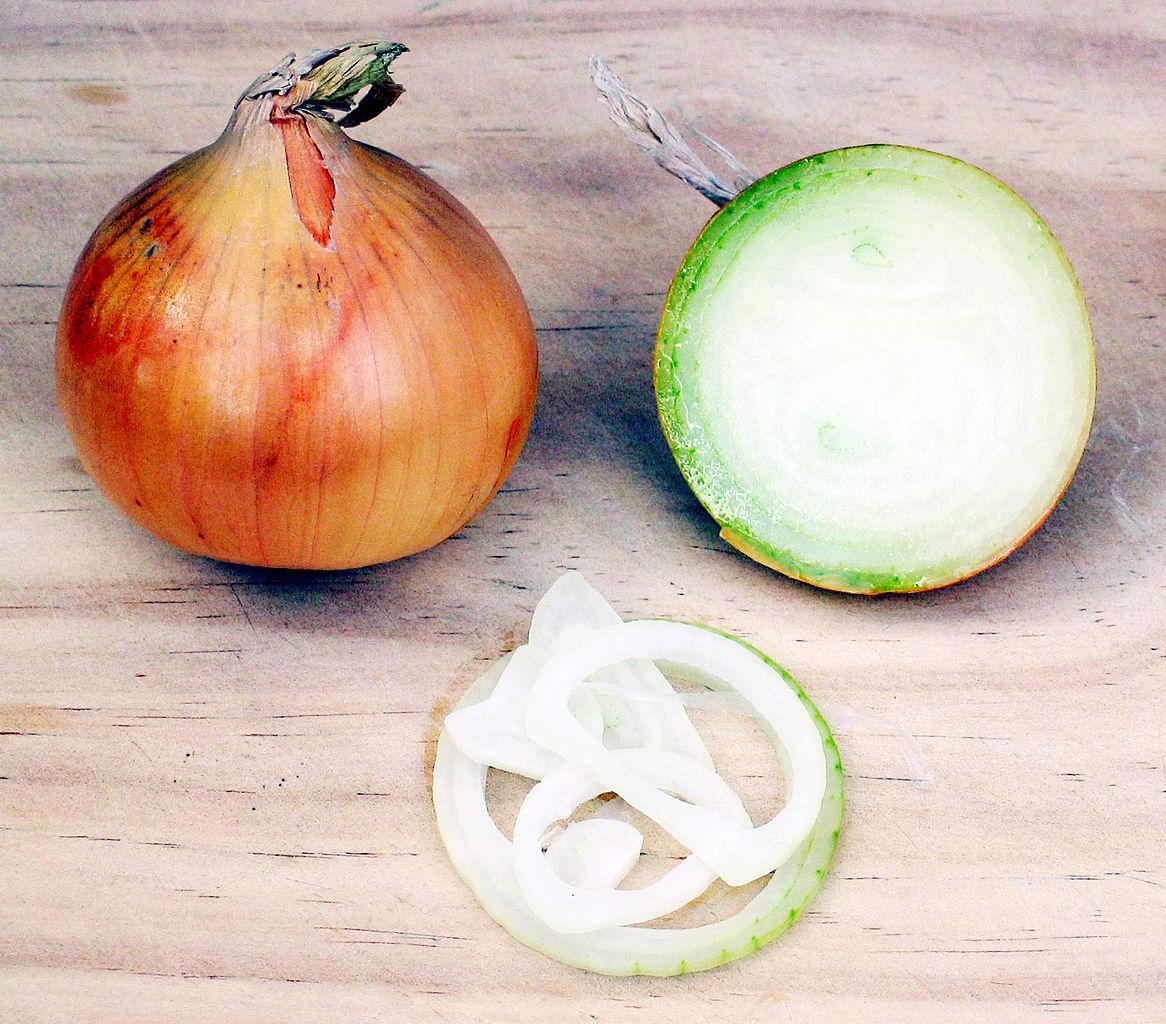 Speisezwiebeln – links im Ganzen, rechts angeschnitten