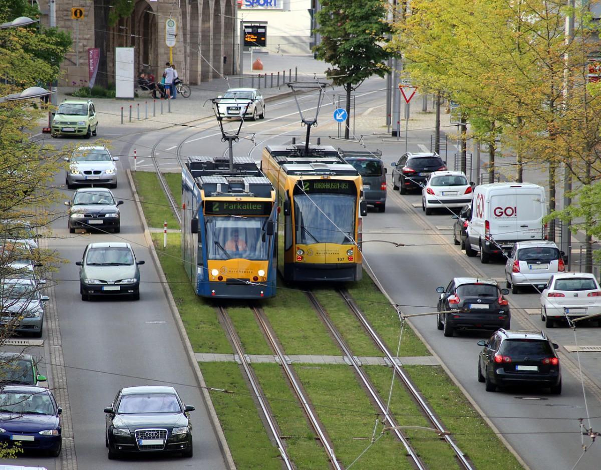 Tramways auf durch Grünstreifen von der Straße abgetrennten                     Trassen