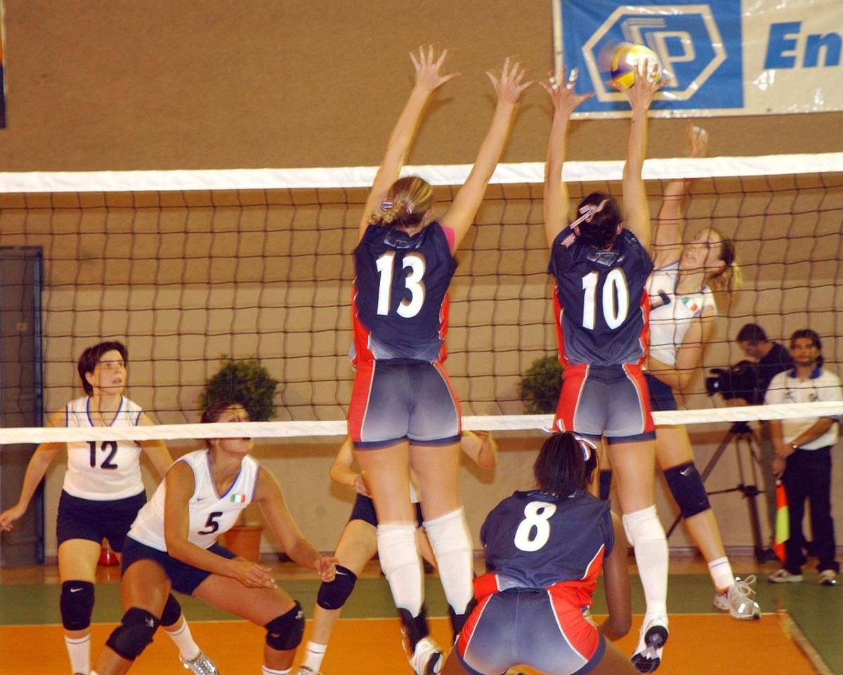 Zwei Spielerinnen blocken den Angriff der gegnerischen                     Mannschaft