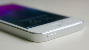 Button an einem Smartphone