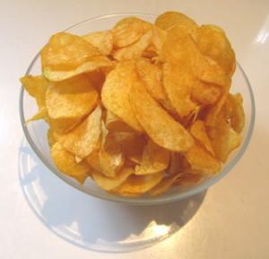 Chips (Kartoffelchips) in einer Schale