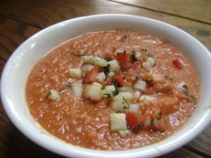 Gazpacho aus teils püriertem und teils gewürfeltem                     Gemüse
