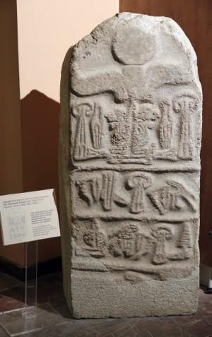 Genealogie des hethitischen Großkönigs Tudhaliya IV. in luwischen                     Hieroglyphen
