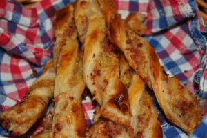 Käsestangen aus Blätterteig, zusätzlich mit Schinkenwürfeln bestreut