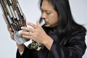 Wu Wei spielt eine chinesische Mundorgel