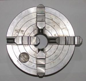 Spannfutter, das Werkzeuge aus vier Richtungen fixieren kann
