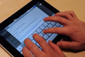 Texteingabe auf dem Touchscreen eines Tablet-PC
