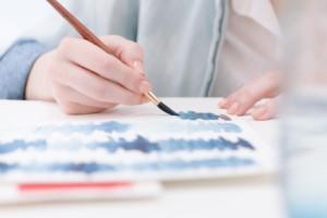 Verwendung eines Tuschpinsels zum Malen