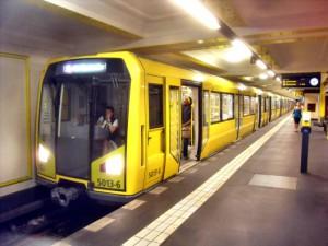 Eine U-Bahn an einer Haltestelle in                     Berlin