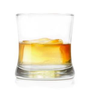 Ein Glas Whisky mit Eis
